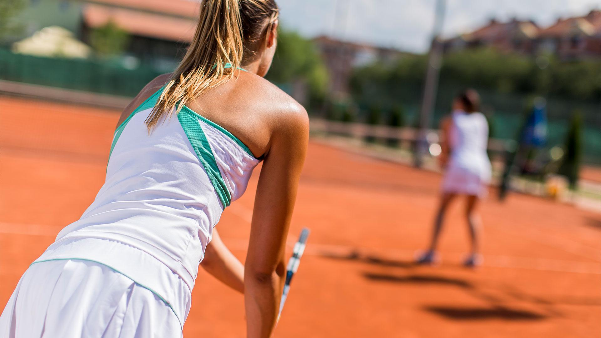 jugando en pista de tenis